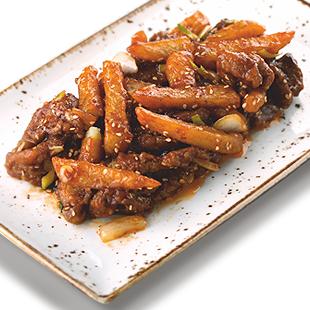 Хрустящий микс из говядины и картофеля с сезамом