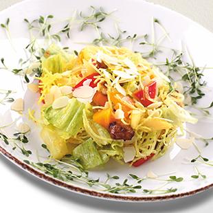 Салат с жареным куриным филе и хрустящей рисовой лапшой в тайском соусе Карри