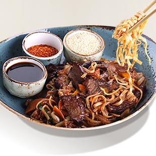 Говядина с черными грибами и цукини в остром гонконгском соусе и лапшой Удон