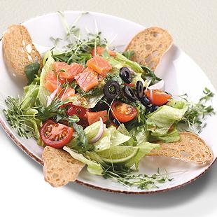 Салат с копченым лососем, рукколой и томатами черри