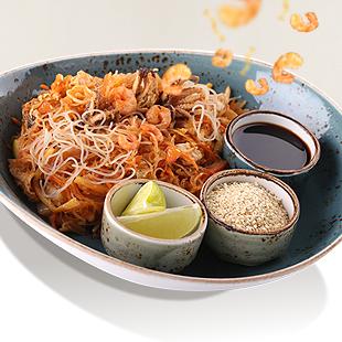 Тигровые креветки с молодыми побегами бамбука и цукини в пряном томатно-имбирном соусе и рисовой лапшой