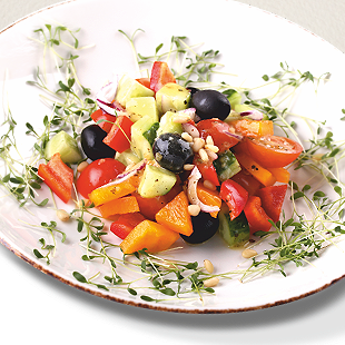 Летний овощной салат с кедровыми орехами